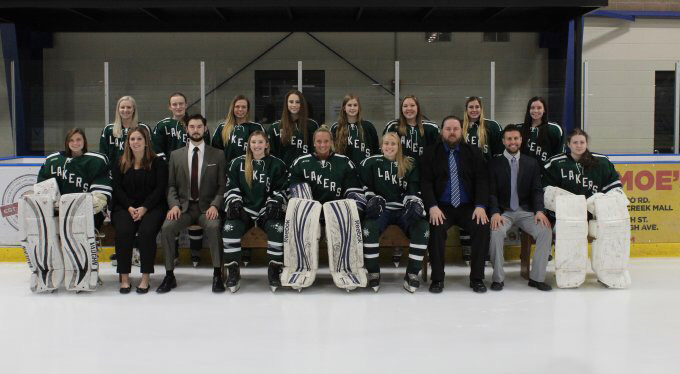 Members+of+the+Mercyhurst+women%E2%80%99s+CHE+ice+hockey+team+pose+for+a+team+picture.